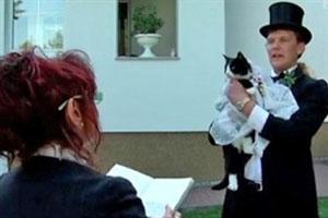 مرد 39 ساله ای که با گربه ماده اش عروسی کرد (عکس)
