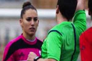 پیشنهاد بیشرمانه داور مرد از زن فوتبالیست در حین بازی