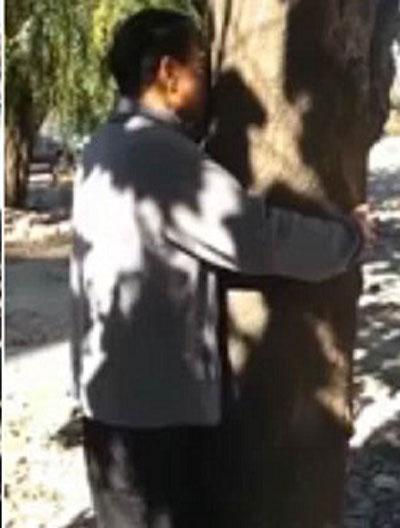 کار بیشرمانه مردی که با درخت خود ارضایی میکند! (عکس)