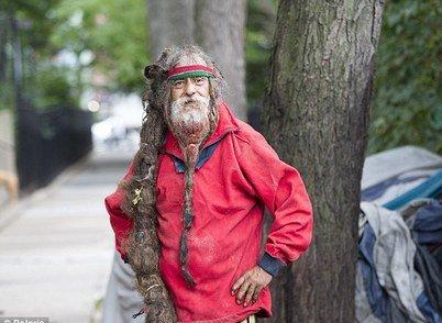 پیرمرد کارتن خواب با موهای یک میلیون دلاری (عکس)
