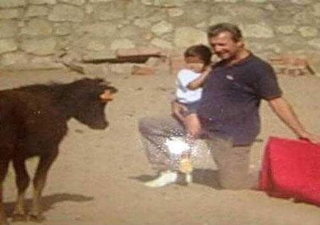 نوزاد دختر 5 ماهه ای که گاو بازی می کند (عکس)