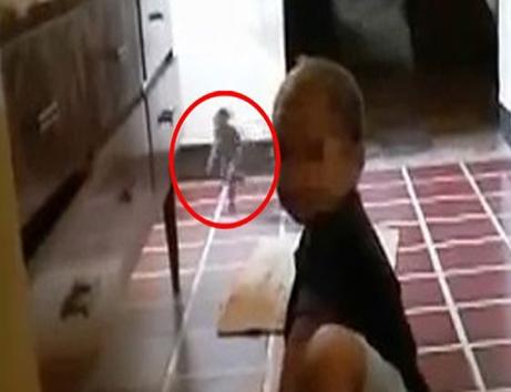 عبور یک جن کوتوله از پشت سر این کودک (عکس)