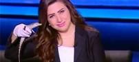 تمساح در دست مجری زن شبکه تلویزیونی