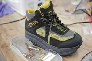 کفش های جالبی که شارژر موبایل می شوند (عکس)