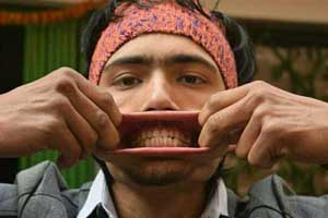 مردی که دهانی به اندازه دهان گاو دارد (عکس)