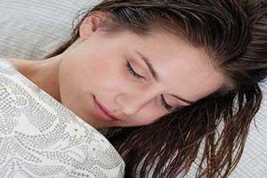 خطرات خوابیدن با موهای خیس