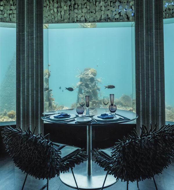سرو غذای عاشقانه فقط 6 متر زیر آب (عکس)