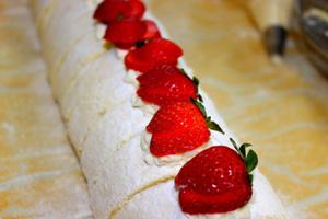 چگونه یک رولت توت فرنگی خوشمزه درست کنیم؟