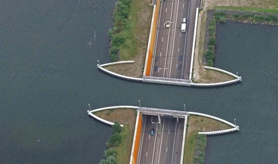 جاده عجیب و شگفت انگیز که از زیر آب می گذرد (عکس)