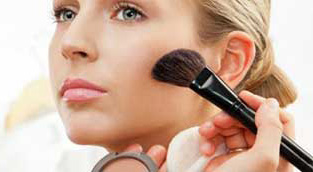 رابطه بین جوش صورت و آرایش کردن