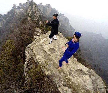 تمرینات عجیب و غریب زنان مهماندار در چین (عکس)