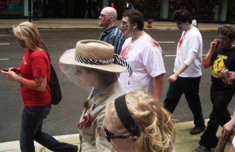 این زامبی ها با موبایل در شهر راه می روند (عکس)