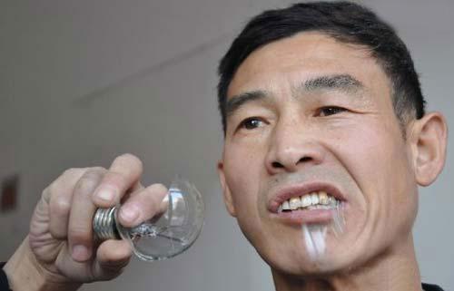این مرد لامپ 100 وات میخورد!! (عکس)