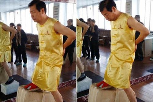 این مرد با بیضه هایش وزنه 80 کیلویی بلند میکند (عکس)