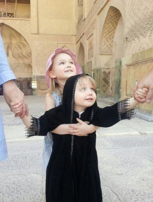 دختر سوئیسی زیبا با چادر مشکی در ایران (عکس)