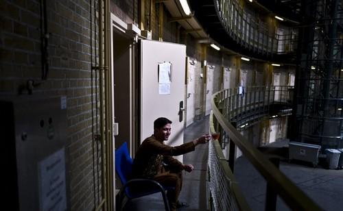 اسکان پناهجویان زن و مرد در زندان (عکس)