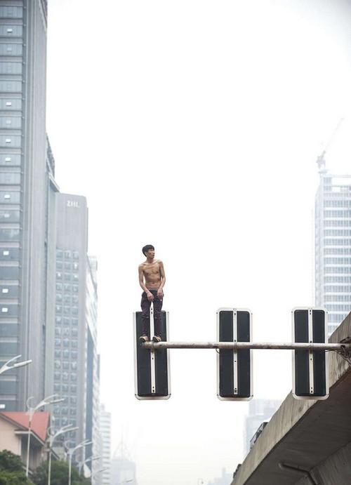 خودکشی این پسر جوان از روی چراغ راهنمایی (عکس)