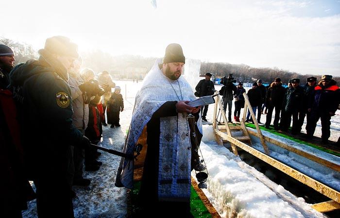 حمام در آب یخ زده در سرمای شدید روسیه
