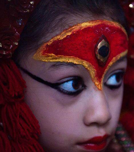 بوداهای نپالی این دختر را عبادت می کنند (عکس)