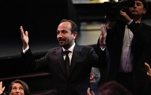 اصغر فرهادی برنده ی جایزه بهترین فیلمنامه کن شد (عکس)  اصغر فرهادی برنده ی جایزه بهترین فیلمنامه کن شد (عکس) 74 1