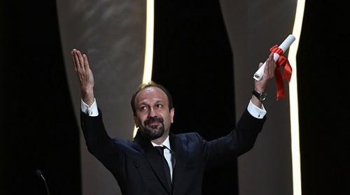 اصغر فرهادی برنده ی جایزه بهترین فیلمنامه کن شد (عکس)  اصغر فرهادی برنده ی جایزه بهترین فیلمنامه کن شد (عکس) 75 1