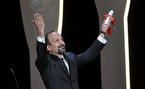 اصغر فرهادی برنده ی جایزه بهترین فیلمنامه کن شد (عکس)  اصغر فرهادی برنده ی جایزه بهترین فیلمنامه کن شد (عکس) 76 1