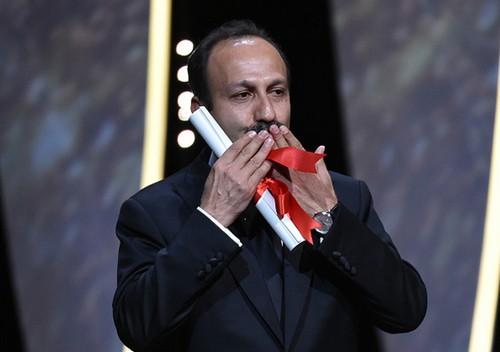 اصغر فرهادی برنده ی جایزه بهترین فیلمنامه کن شد (عکس)  اصغر فرهادی برنده ی جایزه بهترین فیلمنامه کن شد (عکس) 77 1