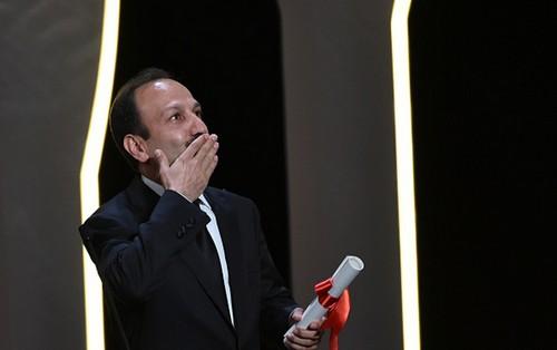 اصغر فرهادی برنده ی جایزه بهترین فیلمنامه کن شد (عکس)  اصغر فرهادی برنده ی جایزه بهترین فیلمنامه کن شد (عکس) 78 1
