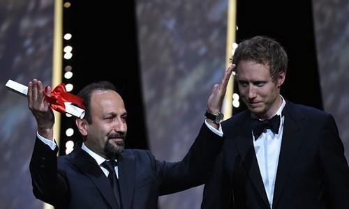 اصغر فرهادی برنده ی جایزه بهترین فیلمنامه کن شد (عکس)  اصغر فرهادی برنده ی جایزه بهترین فیلمنامه کن شد (عکس) 79 1
