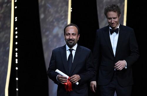 اصغر فرهادی برنده ی جایزه بهترین فیلمنامه کن شد (عکس)  اصغر فرهادی برنده ی جایزه بهترین فیلمنامه کن شد (عکس) 80