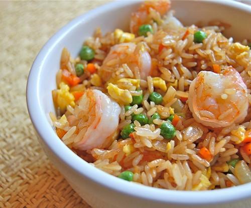 چگونه برنج سرخ کرده با میگو درست کنیم؟