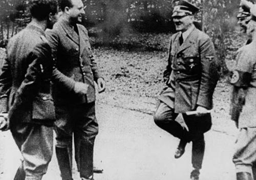 عکس هایی از حراج کردن جوراب و شلوارک هیتلر
