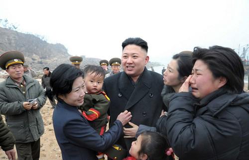 عکس هایی از شوق مردم از دیدن رهبر کره ی شمالی