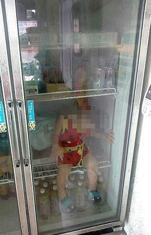 جنجالی شدن عکسی از یک کودک داخل یخچال