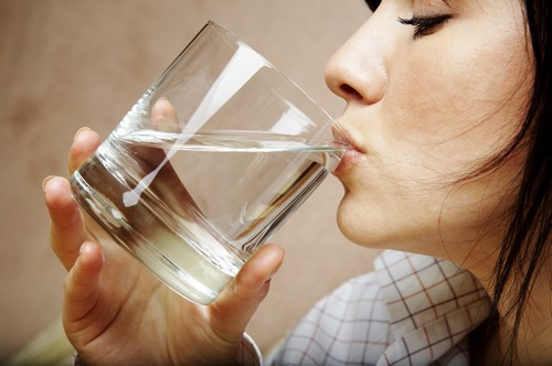 نکاتی درباره ی نوشیدن آب وسط وعده های غذایی