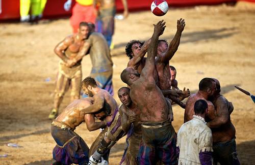 عکس های جنجالی از خشن ترین فوتبال جهان