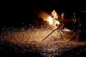 عکس های باورنکردنی از ماهیگیری در شب با آتش
