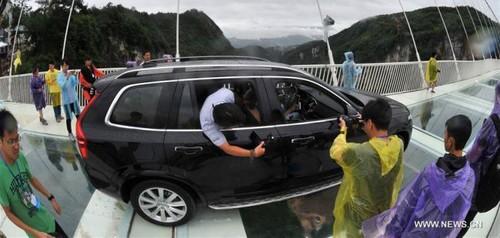 عبور دادن ماشین از روی این پل شیشه ای ترسناک (عکس)