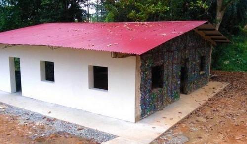 خانه های این روستا با بطری پلاستیکی ساخته شده (عکس)