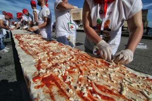 پخته شدن بزرگترین پیتزای جهان (عکس)
