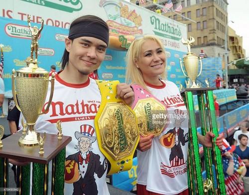 عکس های جنجالی از مسابقه هات داگ خوری در آمریکا