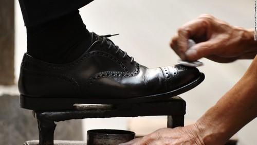راهی برای تمیز کردن کفش در خانه