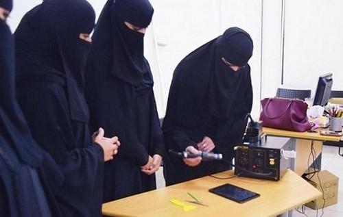 فروشگاه موبایل زنان در عربستان شما را شوکه میکند (عکس)  فروشگاه موبایل زنان در عربستان شما را شوکه میکند (عکس) 146832643230120 irannaz com