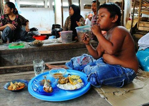 این کودک روزی 40 نخ سیگار می کشد (عکس)