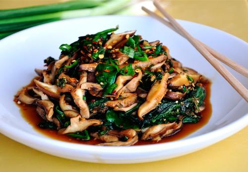 مواد لازم برای خوراک اسفناج و قارچ چینی