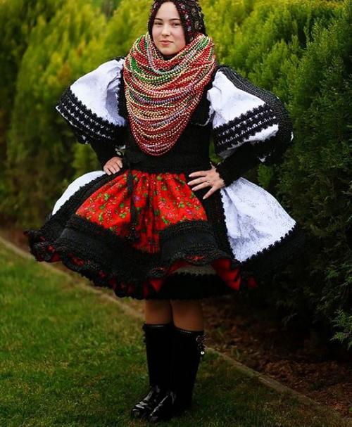 سوژه شدن لباس های رنگی این عروس و دامادها (عکس)