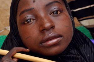زندگی باورنکردنی این دختر 19 ساله در لگن (عکس)