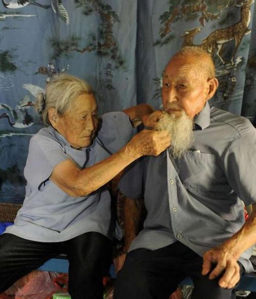 سالگرد ازدواج این زوج 100 ساله عاشق (عکس)  سالگرد ازدواج این زوج ۱۰۰ ساله عاشق (عکس) 147005819711076 irannaz com