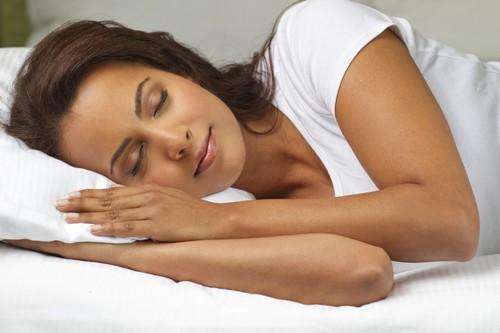 قبل از خواب آرایش خود را پاک کنید