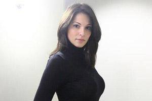 این کارمند زن بانک به دلیل زیبایی اخراج شد (عکس)